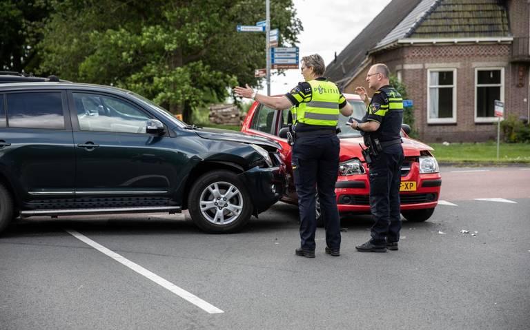 Vrouw gewond na botsing op de kruising Bovenweg met de Lageweg in Grootegast.