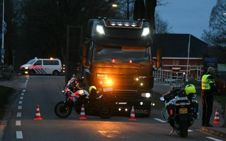 Ongeluk met vrachtwagen N365 Vlagtwedde: een persoon gewond en weg afgesloten.
