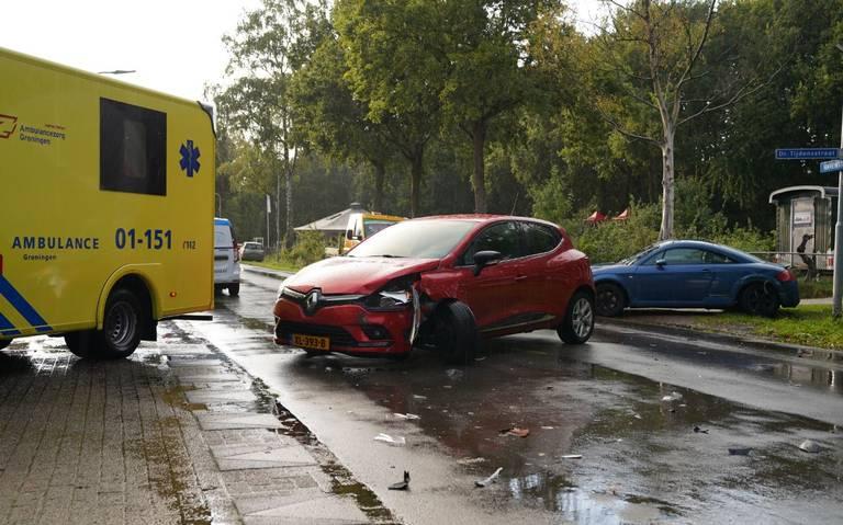 Botsing op Dr. Tijdensstraat Ter Apel: automobilist gewond naar ziekenhuis.