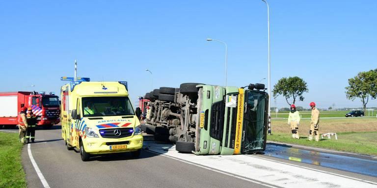 Gekantelde vrachtwagen blokkeert N362 bij Appingedam.