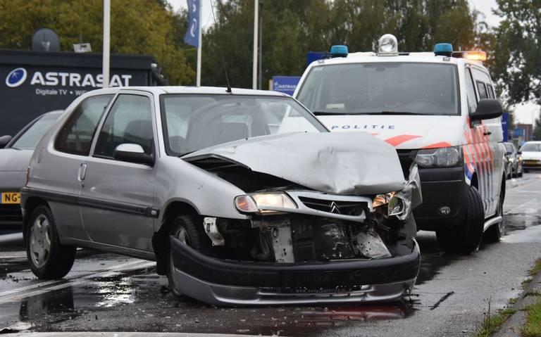 Bestuurder op de vlucht na botsing op kruising Sint Petersburgweg en Sontweg Groningen.