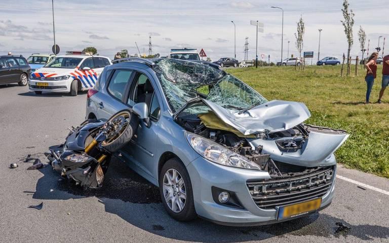 Motorrijder gewond na frontale botsing bij Aduard.