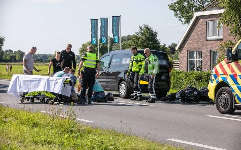 Motorrijder raakt gewond bij botsing met busje op N355 bij Aduard. Weg tijdelijk afgesloten.
