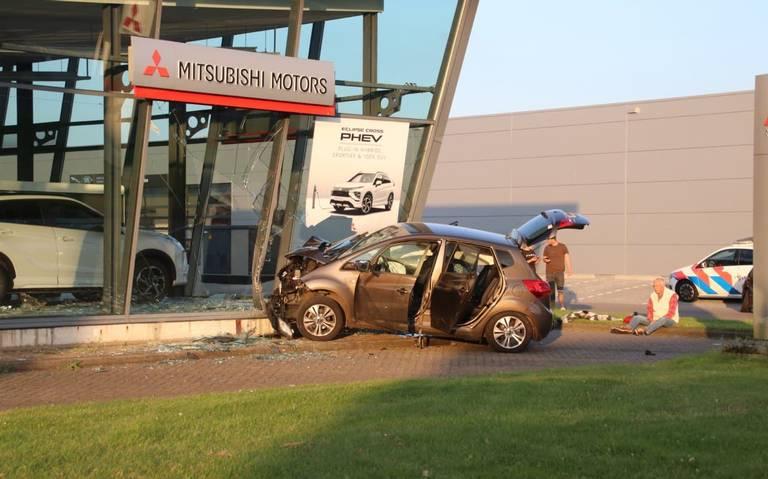 Auto ramt showroom van autobedrijf in Groningen na botsing.