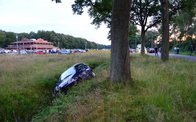 Auto betrokken bij aanrijding met meerdere autos in Veendam. Bestuurder vlucht, maar wordt gepakt door groep jongeren.