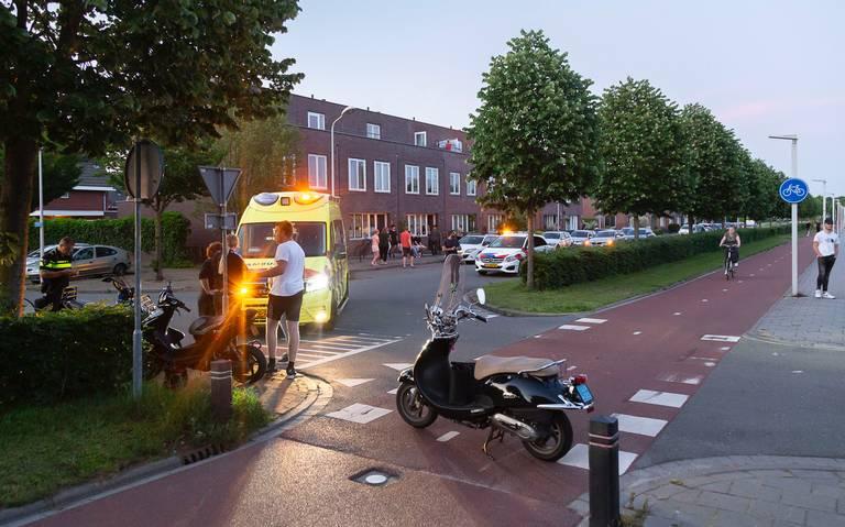 Scooter aangereden door auto in Hoogeveen. Wijkbewoners Erflanden klagen over onoverzichtelijk fietspad.