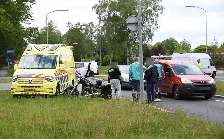 Motor aangereden door auto in Emmen; bestuurder raakt gewond.