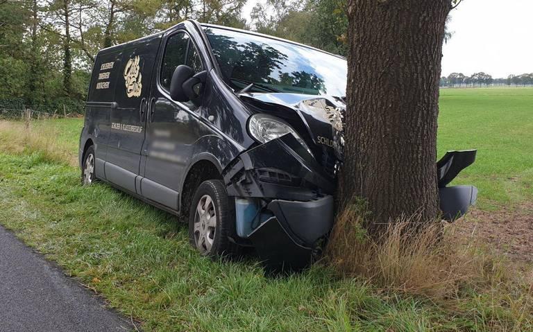 Bestuurder bestelauto raakt gewond bij botsing tegen boom bij Een-West.