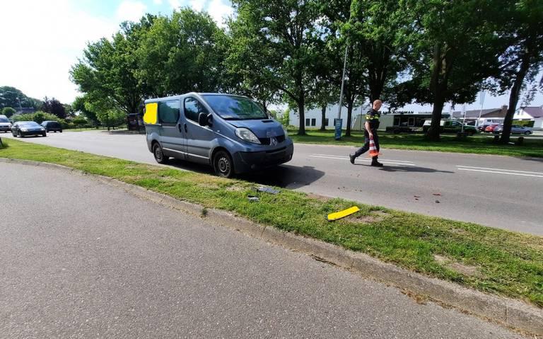 Kettingbotsing in Coevorden. Drie autos botsen op de Krimweg, file richting centrum.
