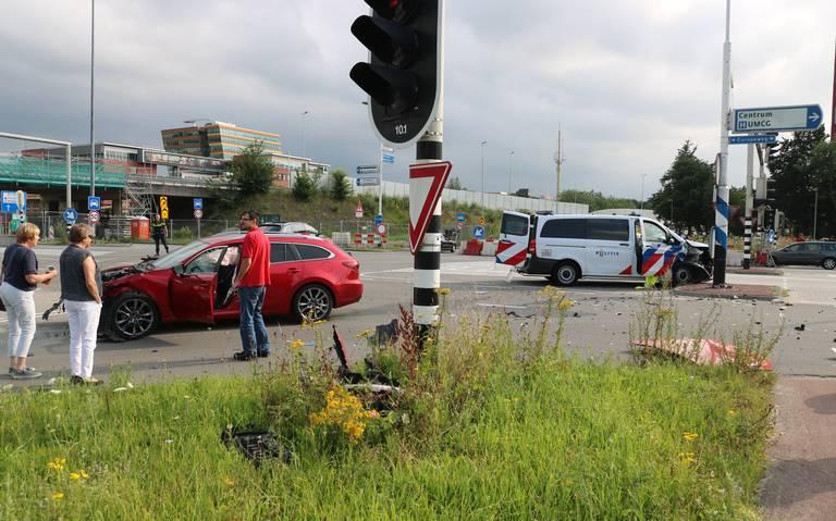 Grote ravage bij botsing tussen politiebus en auto op Europaweg in Groningen. Weg tijdelijk dicht tussen ringweg en Sontweg.