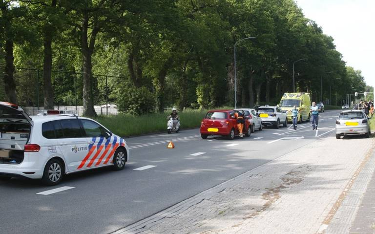 Kop-staartbotsing op de Boermarkeweg in Emmen. Automobilist raakt gewond.