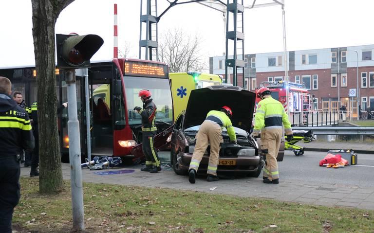 Gewonde door botsing auto met bus op Oosterhamrikkade in Groningen.
