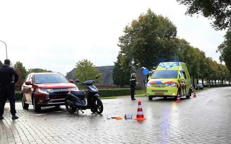 Meisje op scooter raakt gewond bij botsing met auto in Drouwen.