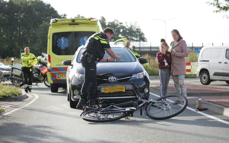Fietser raakt gewond bij botsing op rotonde in Assen.