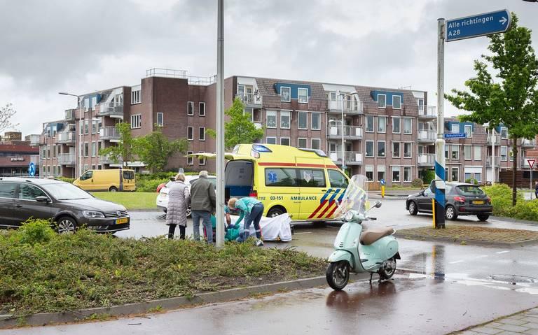 Meisje op scooter raakt gewond bij aanrijding op rotonde in Hoogeveen.