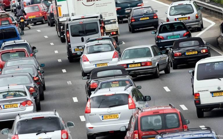 Ongeluk op A28 richting Zwolle veroorzaakt kilometerslange file tussen De Wijk en Staphorst.