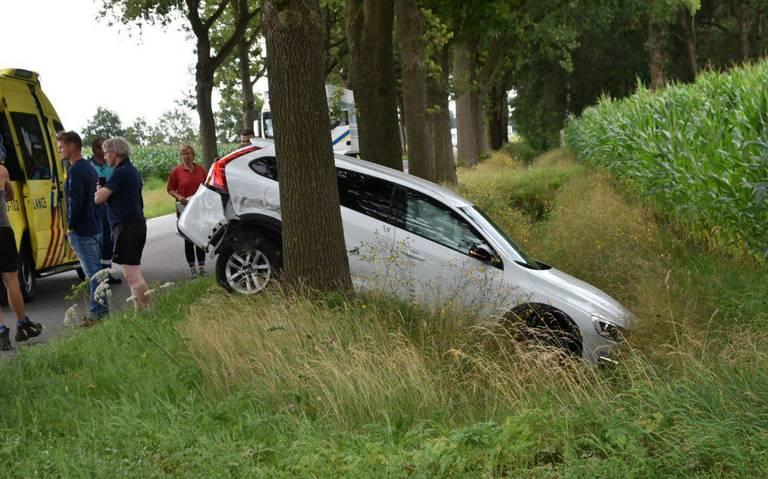 Auto belandt in sloot na botsing op weg tussen Hoogeveen en Westerbork.