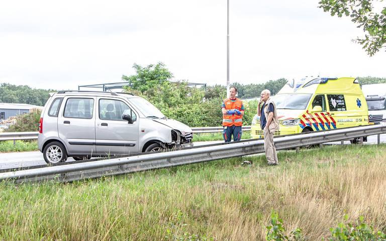 Lange file op N48 bij Zuidwolde na botsing tussen twee autos.