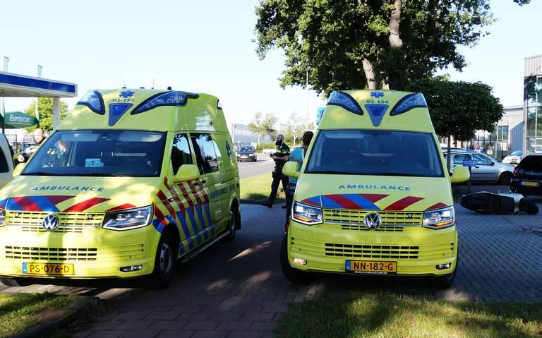 Twee gewonden bij botsing tussen scooter en auto in Hoogeveen.