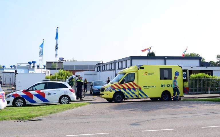Fietser aangereden door auto bij uitrit bedrijfspand in Farnsum.
