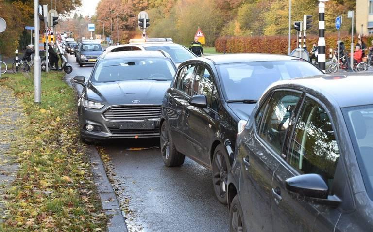 Verkeerschaos rondom ziekenhuis Emmen na kop-staartbotsing tussen drie autos.