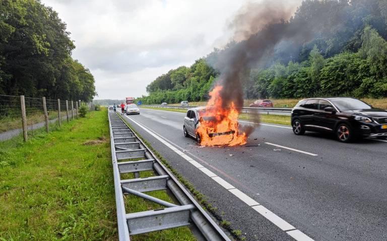Auto vliegt in brand op N33 bij Gieten na botsing met vrachtwagen. Weg tijdelijk afgesloten.