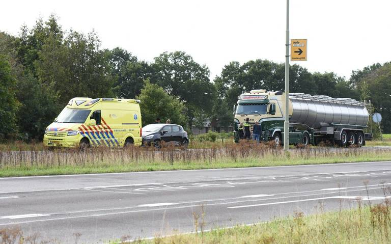 Botsing op Rondweg Emmen: veel blikschade, geen gewonden.