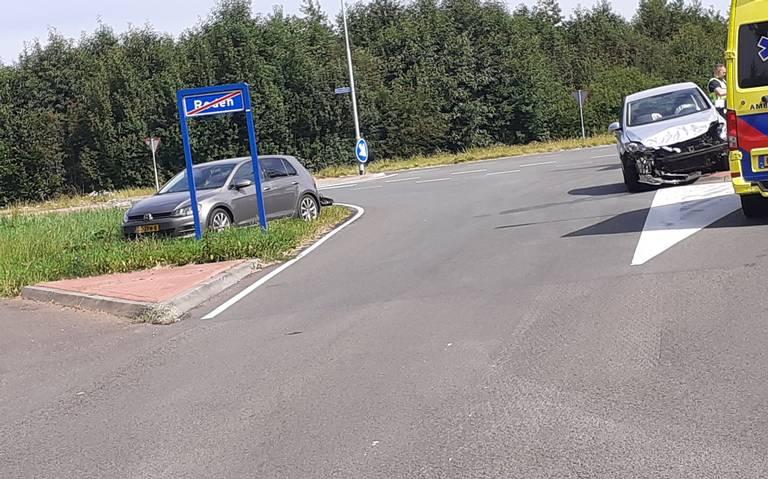 Twee autos in de prak bij botsing in Roden.