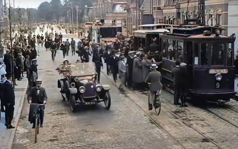 Kijk hier hoe een kind in 1923 in Groningen op ingekleurd beeldmateriaal wordt aangereden door een fietser.