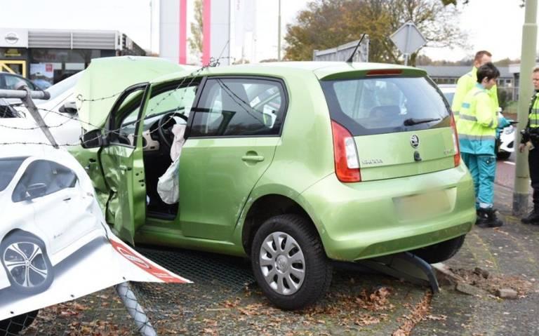 Auto schiet showroom binnen bij botsing in Emmen: twee gewonden.