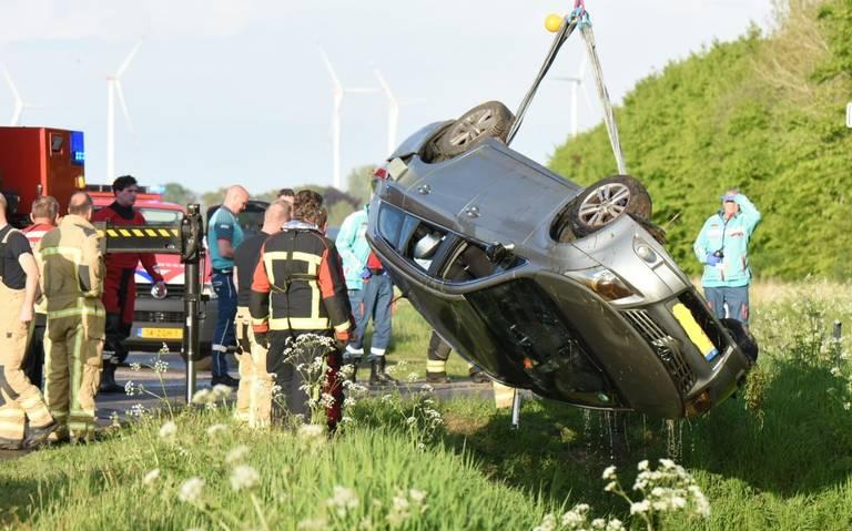 Auto te water in Emmer-Compascuum. Bestuurder verlaat plaats ongeval en blijkt onder invloed.