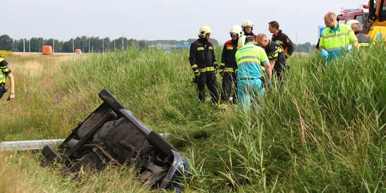 Automobiliste bekneld na ongeluk, weg vanaf Zuidlaren afgesloten.
