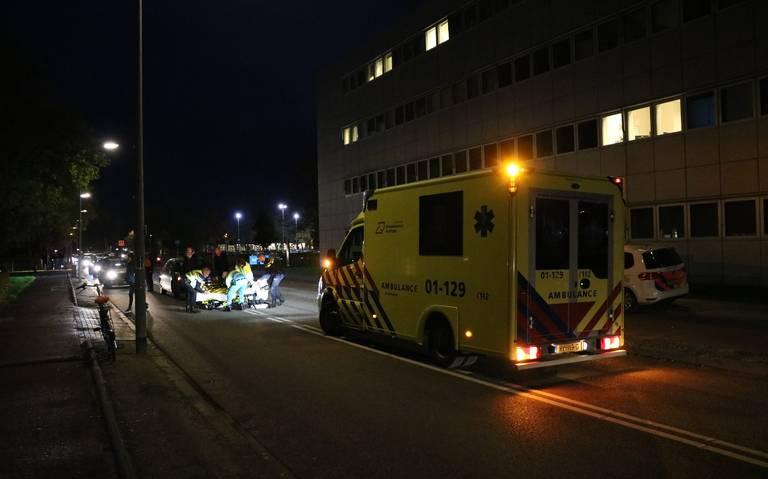 Pizzabezorger raakt gewond bij botsing tussen scooter en auto.