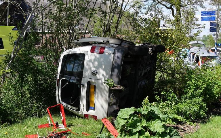 Bestelbus belandt in tuin na botsing in Stuifzand. Twee gewonden.