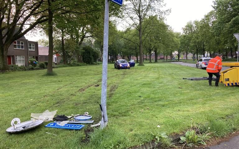 Automobilist raakt gewond bij botsing tegen paal in de wijk Rietlanden in Emmen. Omstanders zorgen voor eerste hulp.