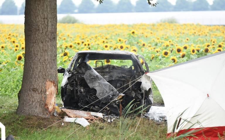 Ernstig ongeval bij Barger-Compascuum: auto botst tegen boom en vliegt in brand.