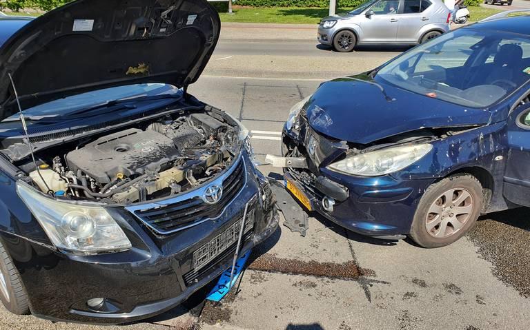 Frontale botsing tussen taxi en personenauto op Sontweg in Groningen: één gewonde.