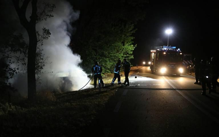 Auto totaal uitgebrand op de A50, geen persoonlijke ongelukken.
