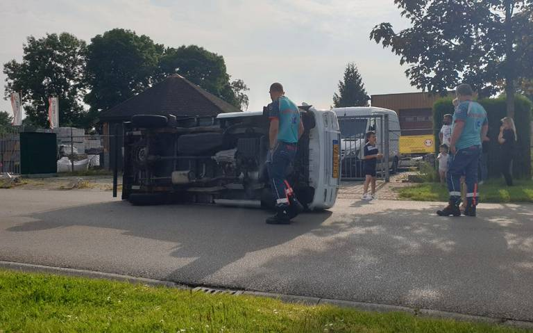 Bestelbus kantelt op Transportweg Veendam na botsing met graafmachine.