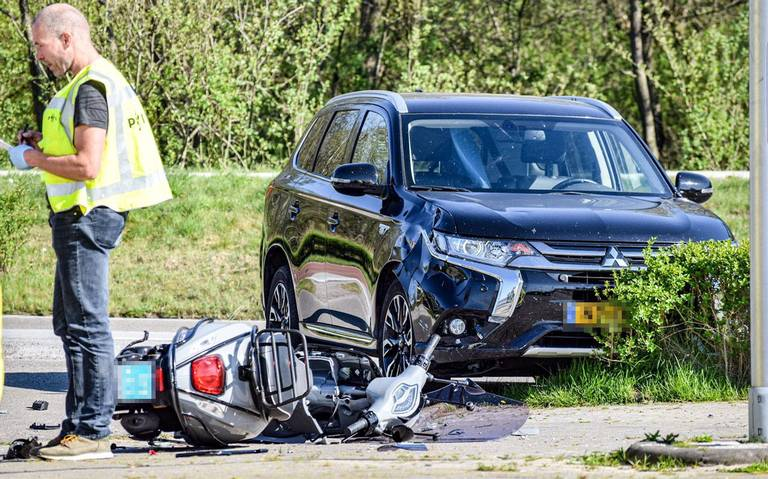 Scooterrijder gewond bij aanrijding met auto op Meerweg tussen Haren en Paterswolde.