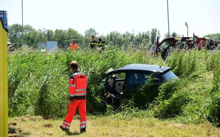 Ernstig ongeluk op Deltaweg in Farmsum. Auto raakt van weg en komt in sloot tot stilstand.