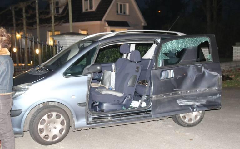 Auto zwaar beschadigd door botsing met vrachtwagen in Emmen.