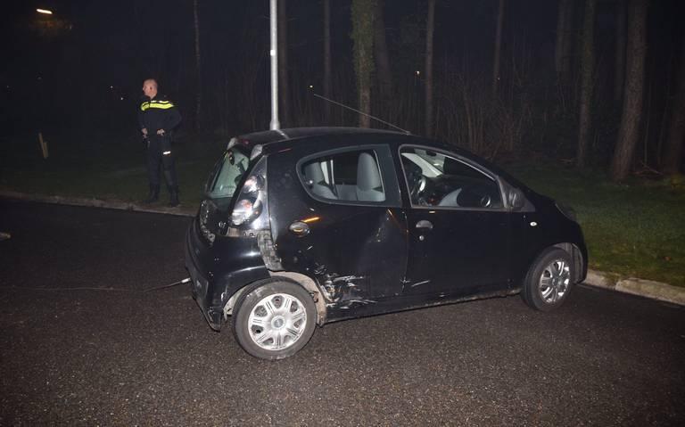 Autos zwaar beschadigd bij botsing op rotonde in Emmen.