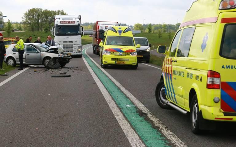 Twee gewonden bij kop-staartbotsing op N34 tussen Gieten en Gasselte. Weg tijdelijk afgesloten.