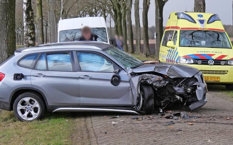 Auto zwaar beschadigd bij ongeval in Geesbrug.