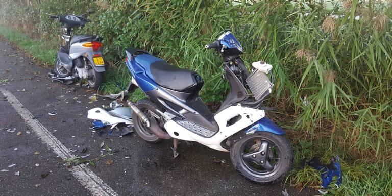 Scooterrijders gewond na botsing Oldekerk.