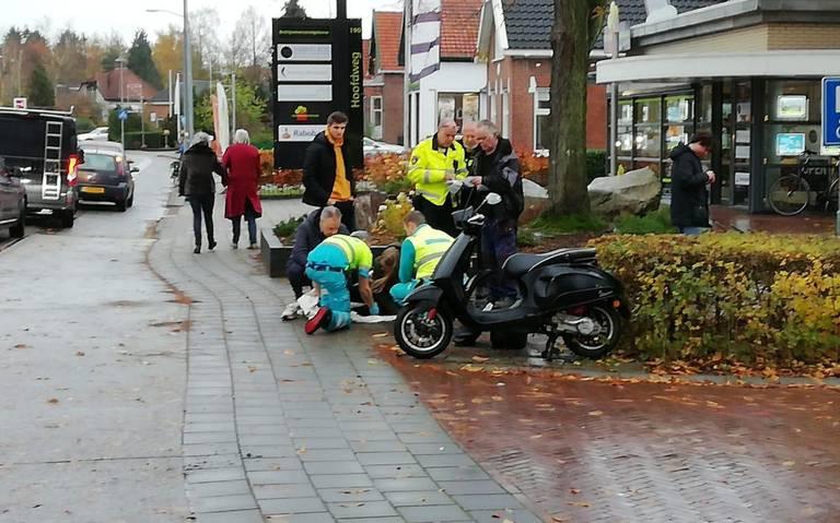 Scooterrijdster in Eelde overgebracht naar ziekenhuis na ongeluk.