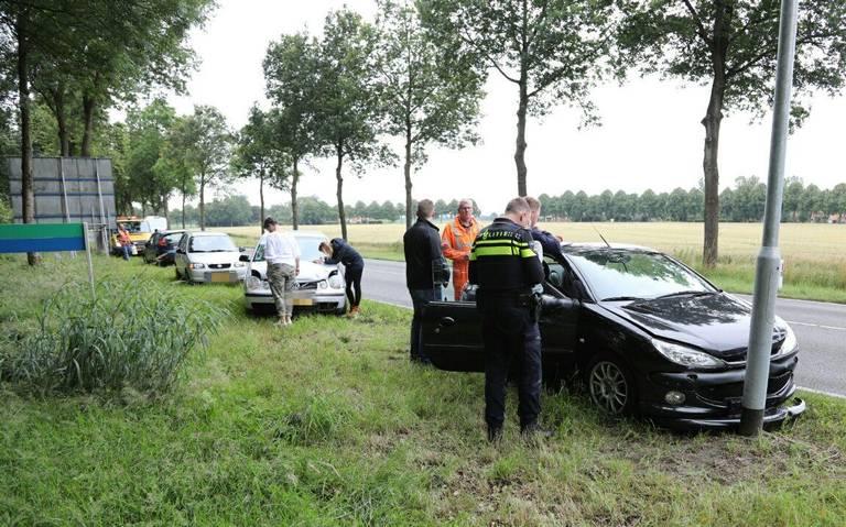 Kop-staartbotsing met drie autos op N367 in Oude Pekela.