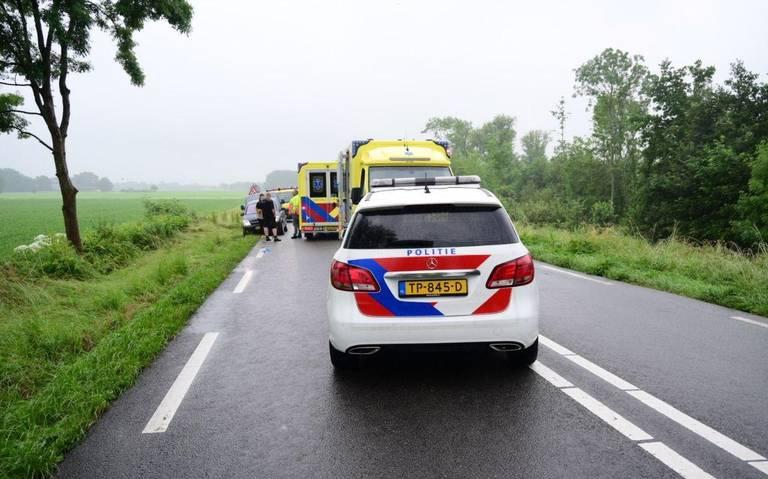 Vrouw en kind raken gewond bij ongeval op N360 bij Garrelsweer. Bestuurster verliest macht over het stuur en knalt tegen boom.