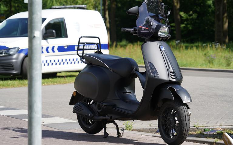 Gewonde na botsing tussen auto en scooter in Emmen.